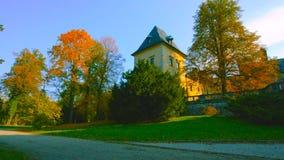 Замок в Краков, Польша Wawel Башни винтажной крепости и католического виска Живописная территория во дне осени с желтым цветом стоковое изображение rf