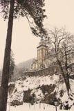 Замок в лесе зимы в Lillafured, Miskolc, Венгрии Лес и утесы Snowy вокруг исторического роскошного дворца стоковые фото