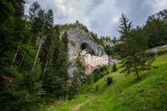 Замок в утесе, Predjama ренессанса, Словения Стоковое Фото