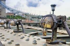 Замок влюбленности на историческом мосте Стоковая Фотография