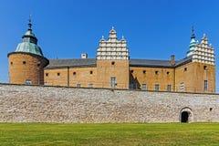 Замок в Kalmar, Швеции предшествовал лужайкой Стоковая Фотография