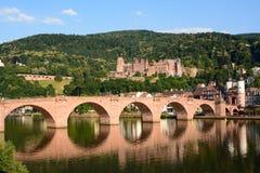 Замок Гейдельберга и старый мост в лете Стоковые Изображения RF