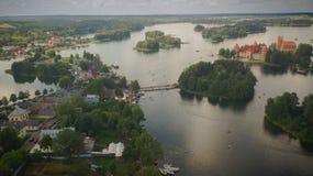 Замок и город острова Trakai на летний день стоковая фотография