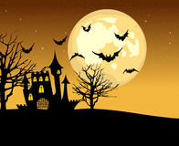 Замок и летучие мыши хеллоуина на предпосылке полнолуния Стоковые Изображения