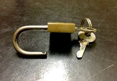 Замок и ключ в черной предпосылке стоковая фотография