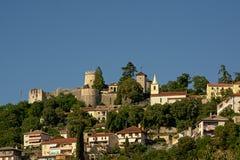 Замок и монастырь Trsat римский окружающие дома Риека стоковое фото