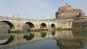 Замок и мост Анджела Святого над рекой Тибра в Риме сток-видео