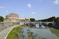 Замок и мост Анджела Святого над рекой Тибра в Риме Стоковое Изображение RF