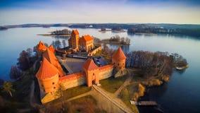 Замок и озеро стоковые фотографии rf