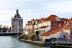 Замок и старые дома около реки в Европе Стоковая Фотография