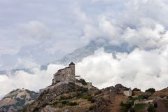 Замок и церковь на холме над городком швейцарца sion в долине rhone стоковая фотография rf