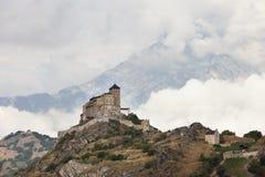 Замок и церковь на холме над городком швейцарца sion в долине rhone стоковые фото