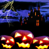 Замок и 3 тыквы в ноче стоковые изображения rf