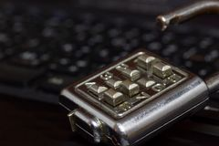 Замок ключа старого пароля помещенный на черной темноте keyboarding тетради Стоковые Фотографии RF