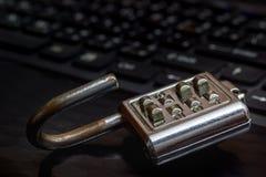 Замок ключа старого пароля помещенный на черной темноте keyboarding тетради Стоковое Изображение RF