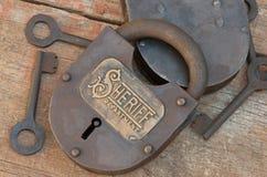 Замок & ключи утюга выгравированные с шерифом Стоковая Фотография