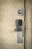 Замок кнопочной панели на старой, деревянной двери Стоковое Изображение