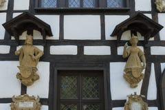 Замок Лихтенштейн - вспомогательное здание с мужской и женской статуей Стоковое Изображение RF