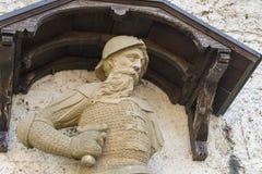 Замок Лихтенштейн - вспомогательное здание с мужской статуей Стоковое Изображение RF