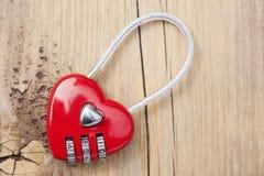 Замок металла формы сердца на деревянной предпосылке Стоковое Изображение RF