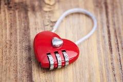 Замок металла формы сердца на деревянной предпосылке Стоковые Изображения RF