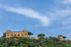 Замок на горном склоне Тоскане, Италии Стоковая Фотография RF