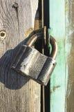 Замок на двери амбара и текстуре древесины и металла стоковое фото