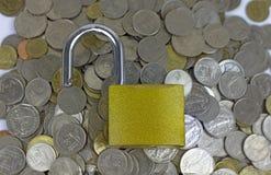 Замок на деньгах от монеток валюты Таиланда стоковое изображение rf
