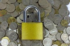 Замок на деньгах от монеток валюты Таиланда стоковые фотографии rf