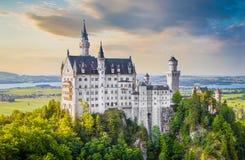 Замок на заходе солнца, Бавария Нойшванштайна, Германия Стоковые Изображения