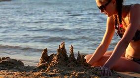 Замок на пляже сделанном от песка видеоматериал