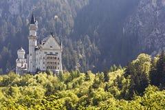 Замок Нойшванштайна в расстоянии Стоковое Фото