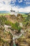 Замок Нойшванштайна расположенный в Schwangau, Германии Стоковое Фото