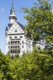 Замок Нойшванштайна среди деревьев Стоковая Фотография RF