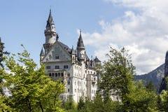 Замок Нойшванштайна среди растительности весны Стоковое Изображение