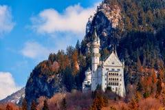 Замок Нойшванштайна с красной листвой, Schwangau, Германией Стоковые Изображения RF
