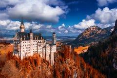 Замок Нойшванштайна с красной листвой, Schwangau, Германией Стоковые Фотографии RF