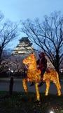 Замок Осака на сумраке с рыцарем и лошадью Стоковые Изображения