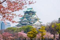 Замок Осака с цветением вишни Японская весна красивая scen Стоковая Фотография RF