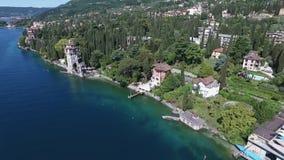 Замок Панорама шикарного озера Garda окруженного горами, Италии Видео- стрельба с трутнем акции видеоматериалы