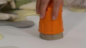 Замок песка делая с руками сток-видео