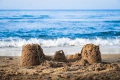 Замок песка на пляже стоковые изображения rf