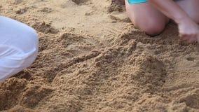 Замок песка строения маленькой девочки на пляже акции видеоматериалы
