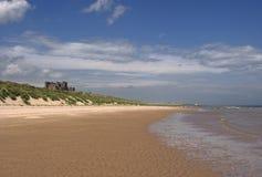 замок пляжа bamburgh Стоковые Фотографии RF