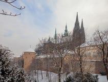 Замок Праги в пальто зимы стоковая фотография rf