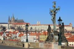 Замок Праги зимы готический от Карлова моста Стоковое фото RF