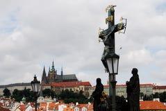 Замок Праги и статуя распятия, чехия Стоковая Фотография RF