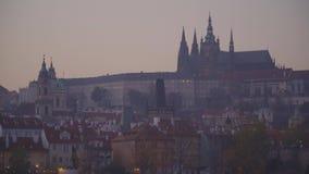 Замок Праги на заходе солнца в осени акции видеоматериалы