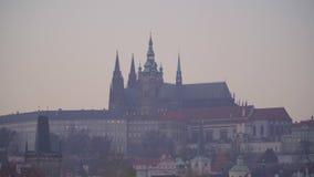 Замок Праги на заходе солнца в осени сток-видео