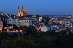Замок Праги ночи готический с городом Праги Стоковые Фотографии RF